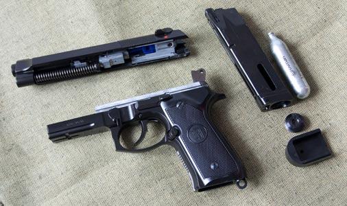 В комплекте с пистолетом идут